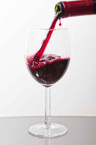 Gratisbild på Serverar vin